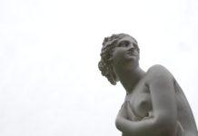 Seins qui tombent: soins, traitements et conseils mode pour regalber sa poitrine