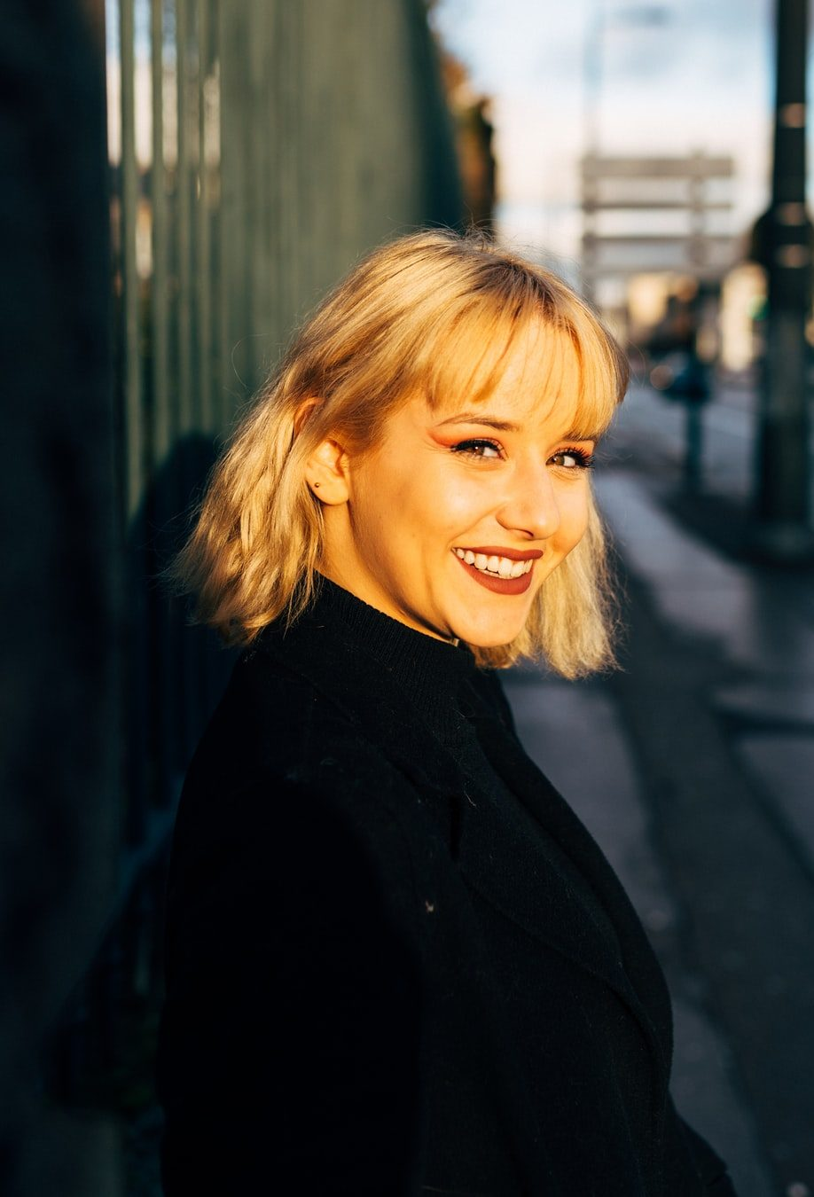 Femme blonde, avec une frange effilée et une coupe mi-longue