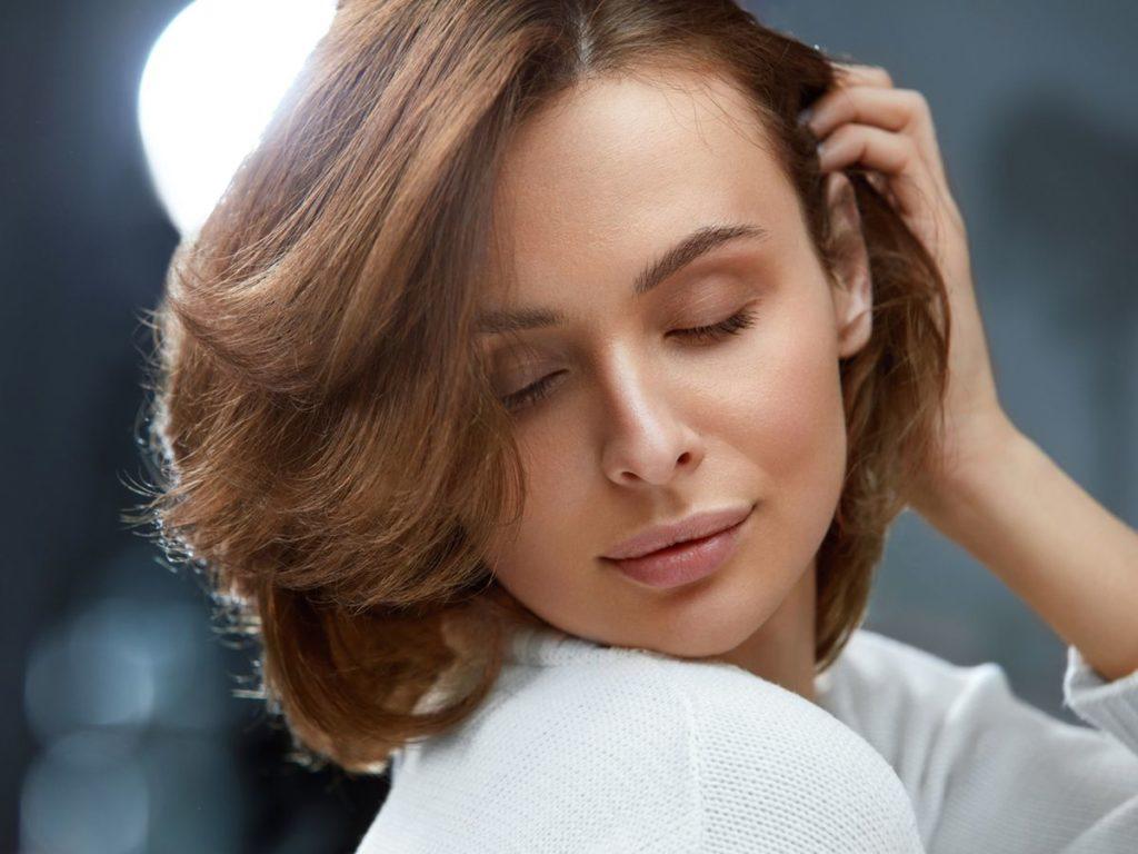 Portrait de femme, avec une coupe de cheveux pour affiner son visage