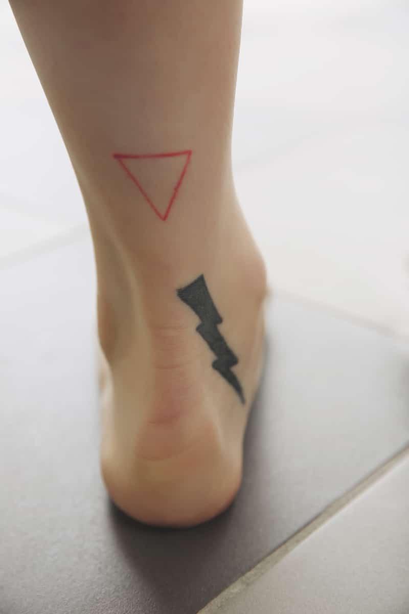 Tatouage sur la cheville minimaliste