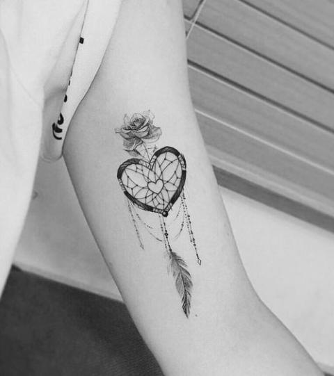 15 Idees Magnifiques De Tatouage Plume Pour Femme Pensees De Ronde