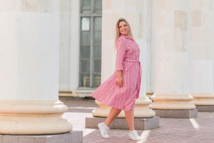 Comment porter la robe mi longue grande taille avec style